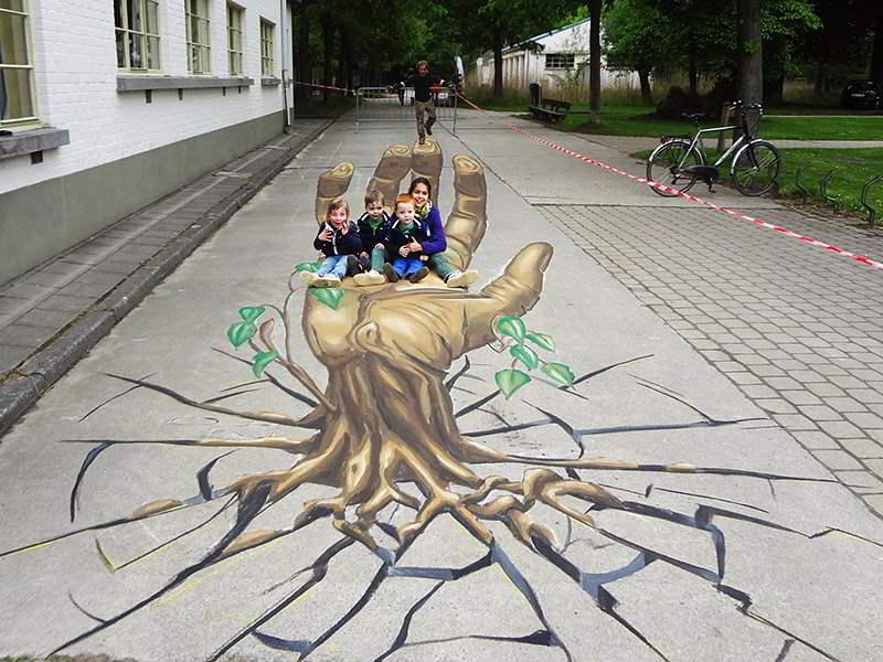 3d-streetpainting-remko-van-schaik-3d-street-art-eeklo-belgium-hand-2