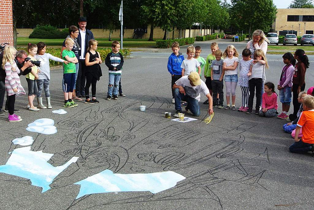 3d-streetpainting-3d-flying-rod-remko-van-schaik-3d-street-art-grindsted-danmark-3